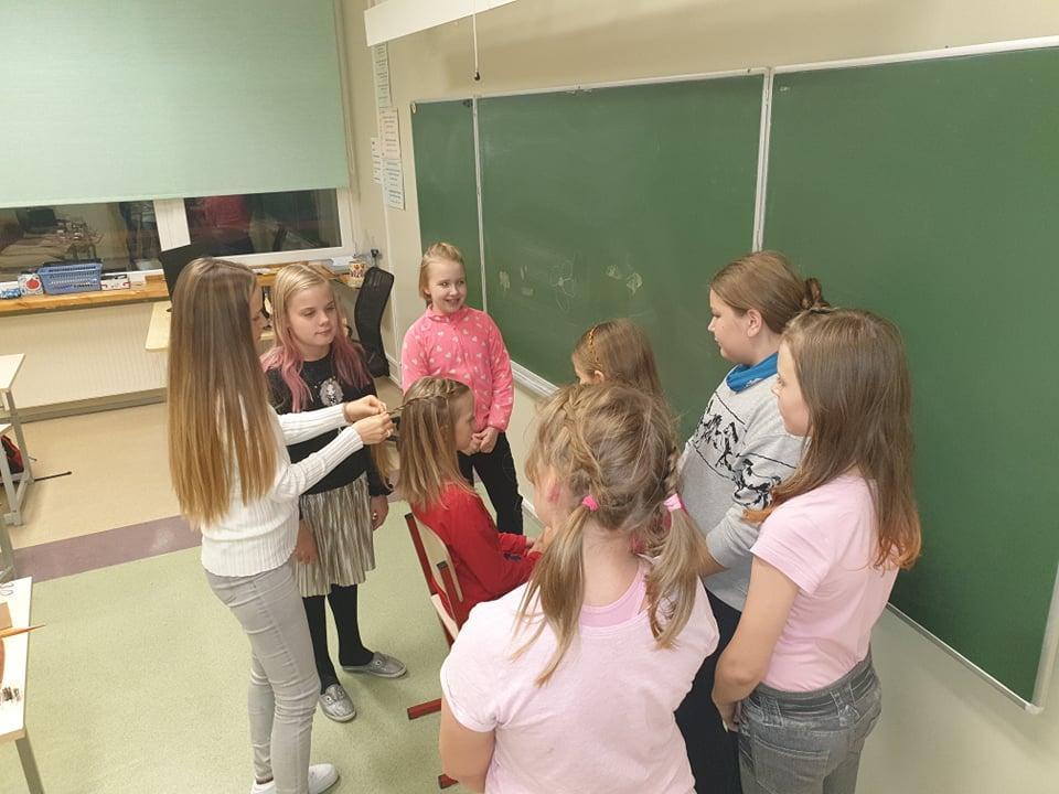 4. klassi tüdrukud soenguid tegemas