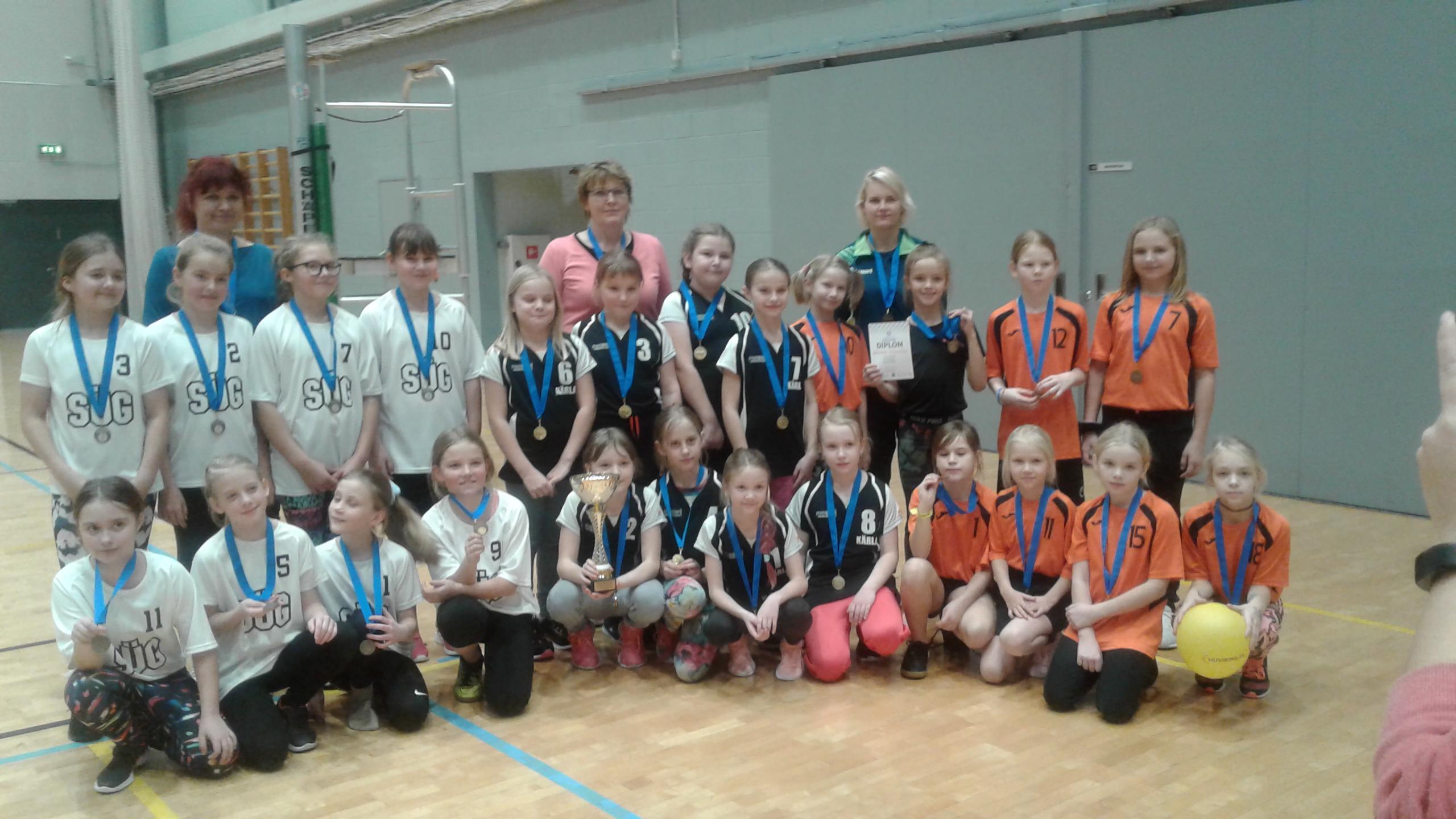 Dumle rahvastepalli võistluse võidukolmik, karikaga Kärla Põhikooli tüdrukute võistkond