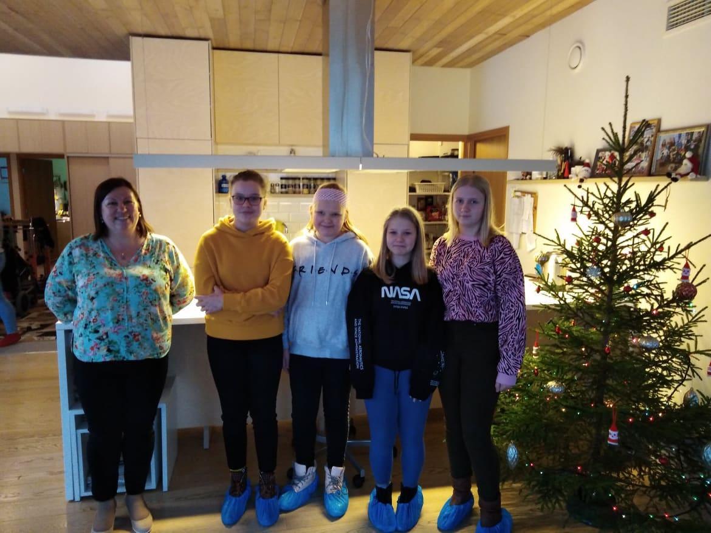 6. klassi delegatsioon Kuressaare lastekodus annetust üle andmas.