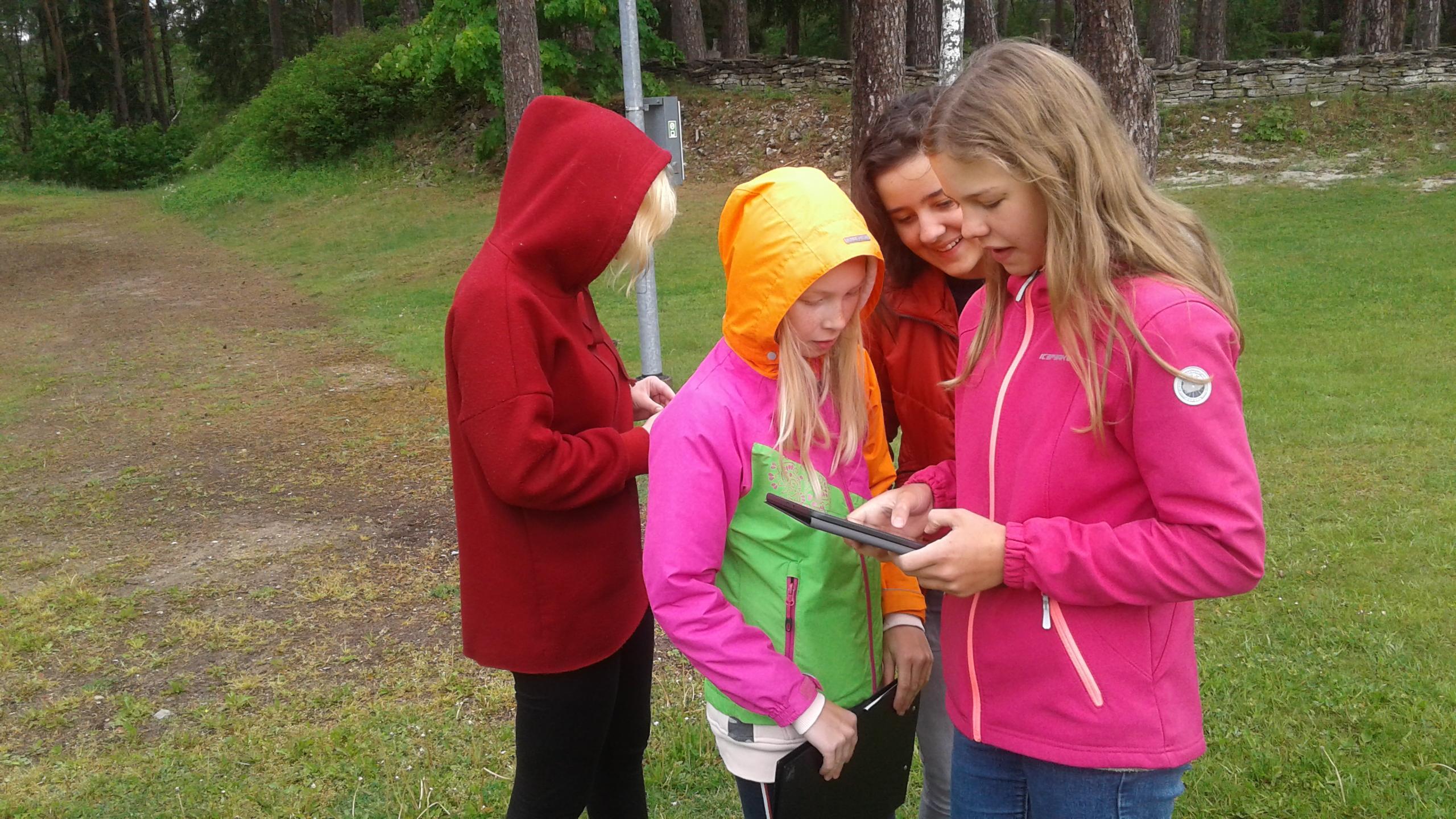 6. klass on metsas nutieorienteerumas - lahendavad filmialaseid ülesandeid