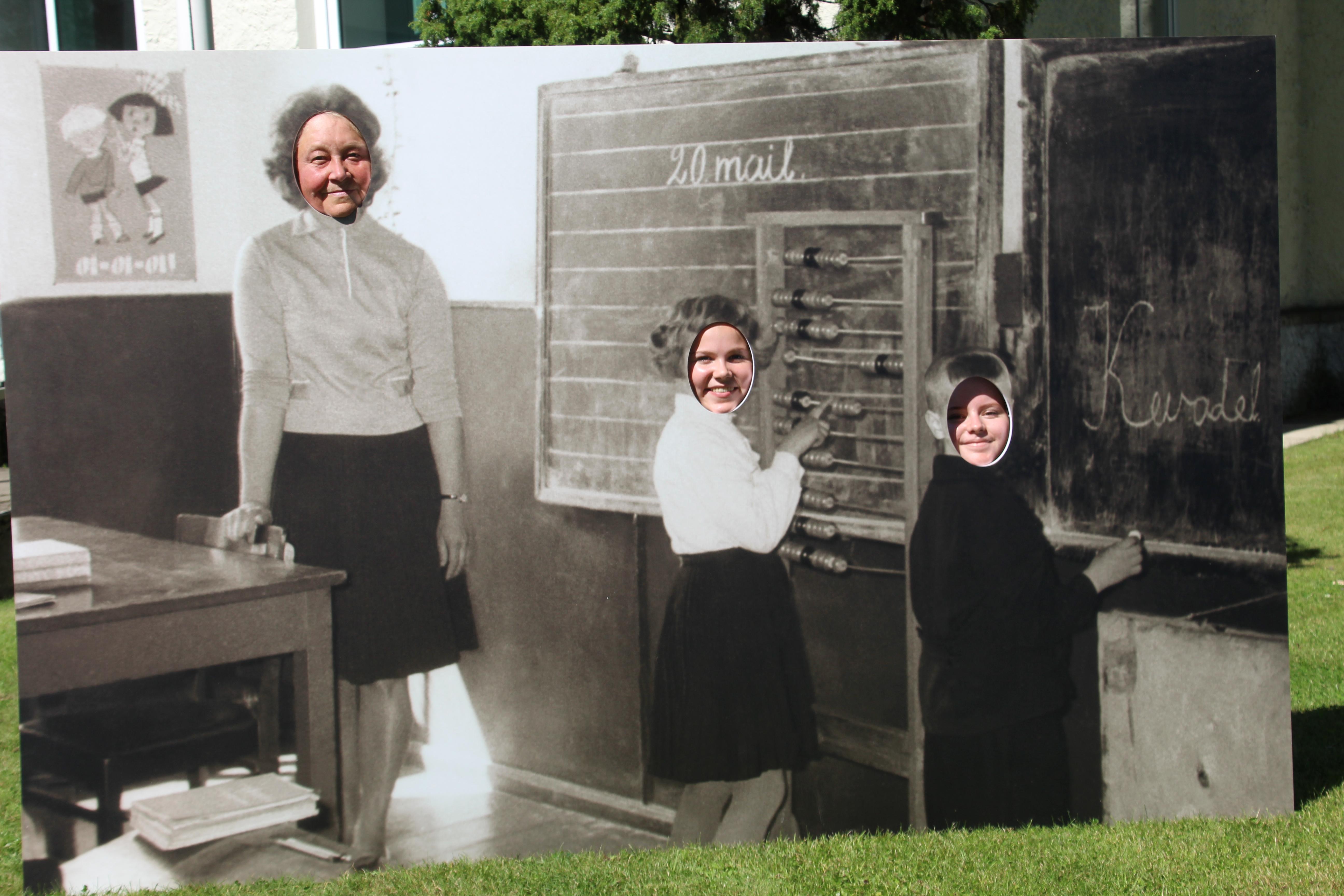 Ajalooline fotonurk koolimaja ees