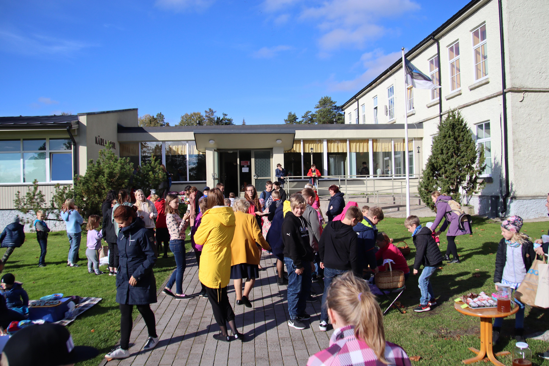 Laadamelu koolimaja ees