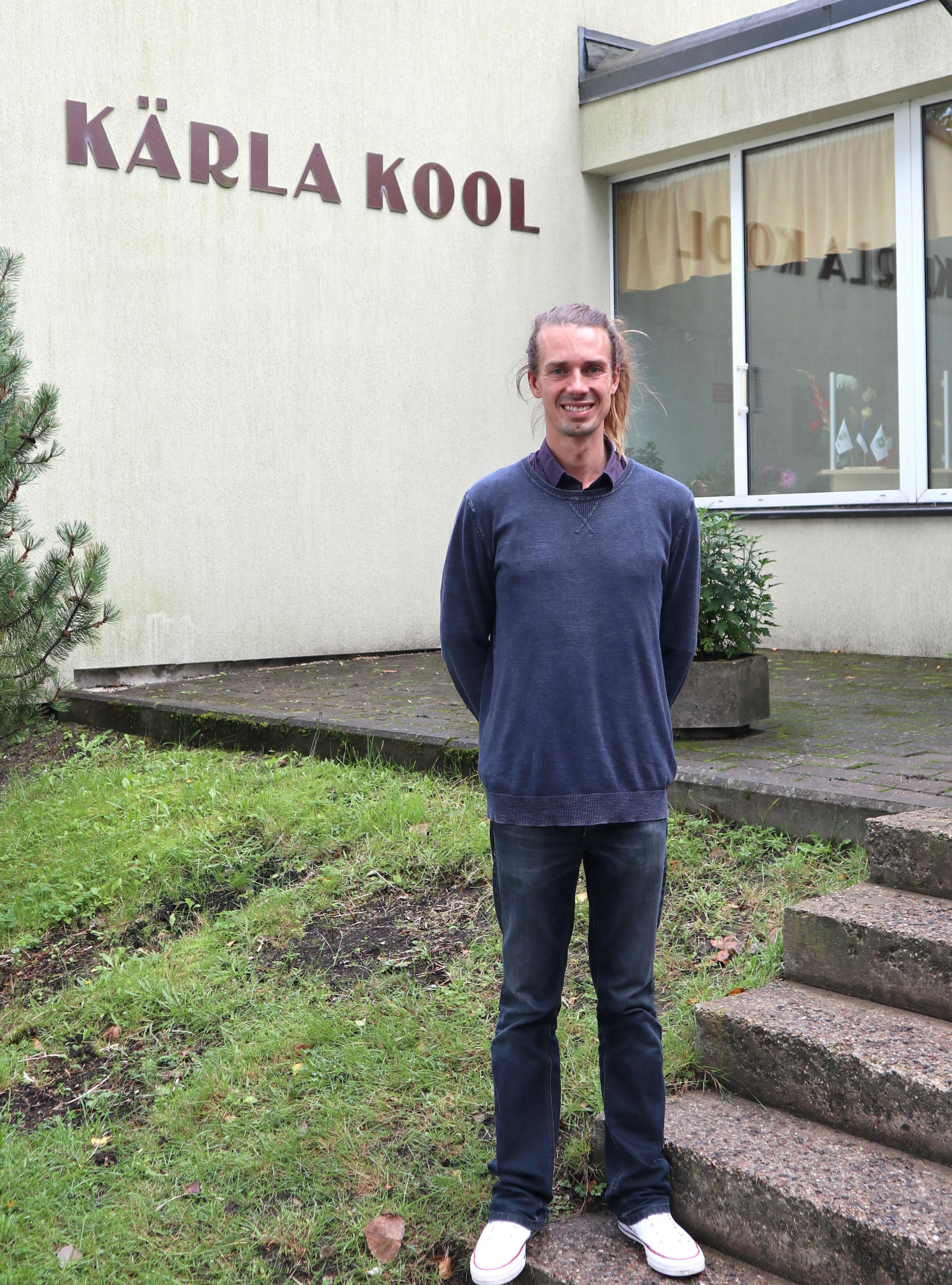 Õpetaja Eben Rauch koolimaja trepil