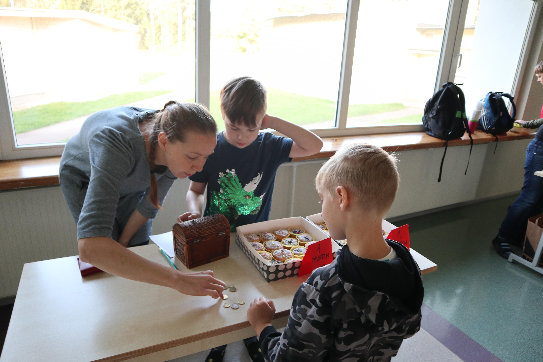Õpetaja Kristi Eller aitab sularahaga arveldada