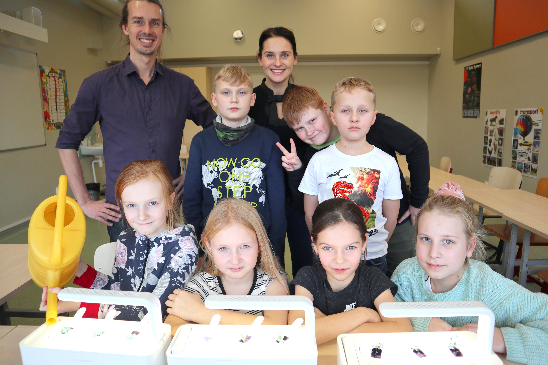 Õpetajad Eben Rauch ja Kaisi Õispuu 3. klassi õpilastega nutiaeda rajamas