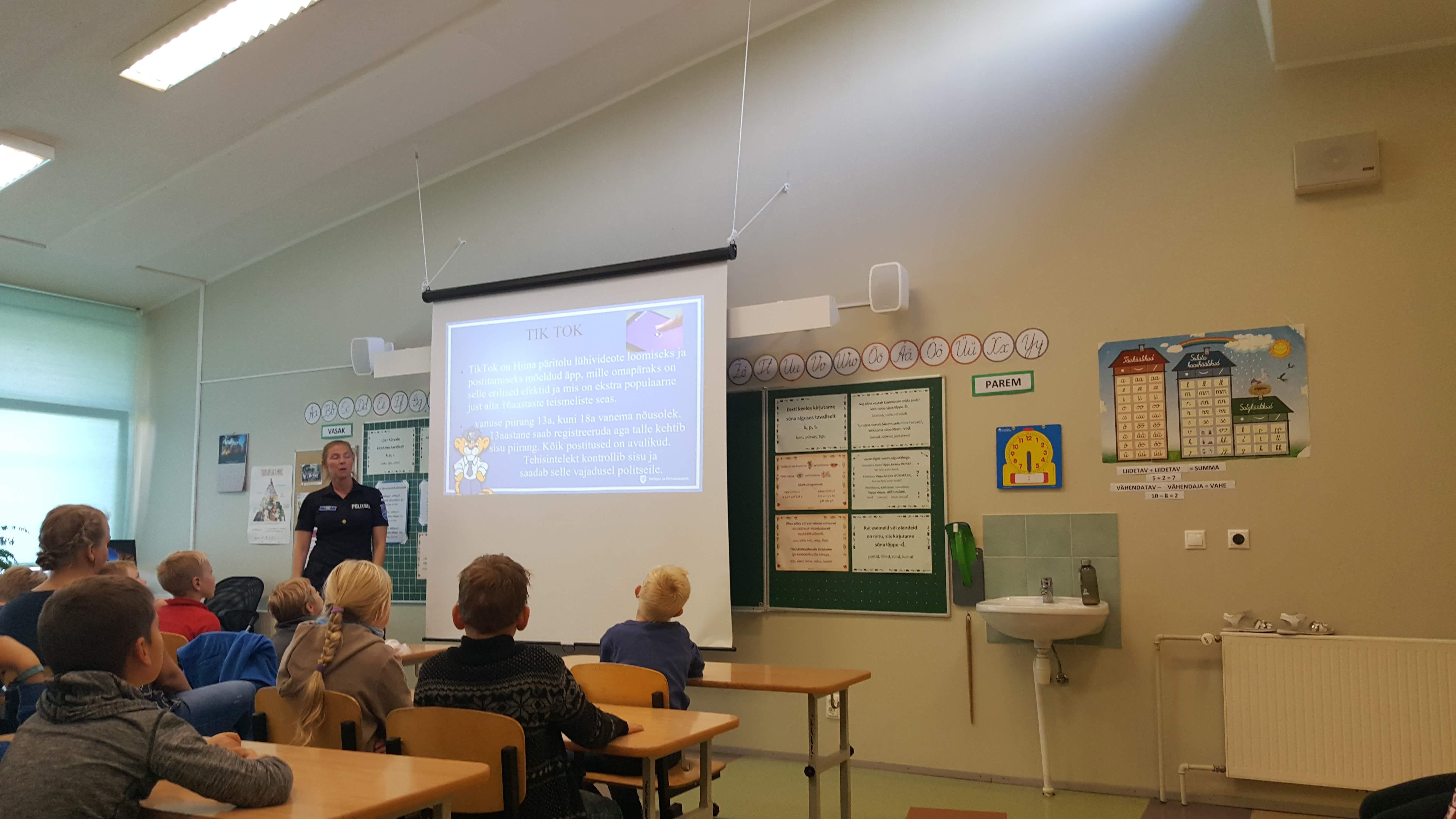 Internetiturvalisuse koolitus Kärla koolis. Noorsoopolitseinik Anneli Tiik