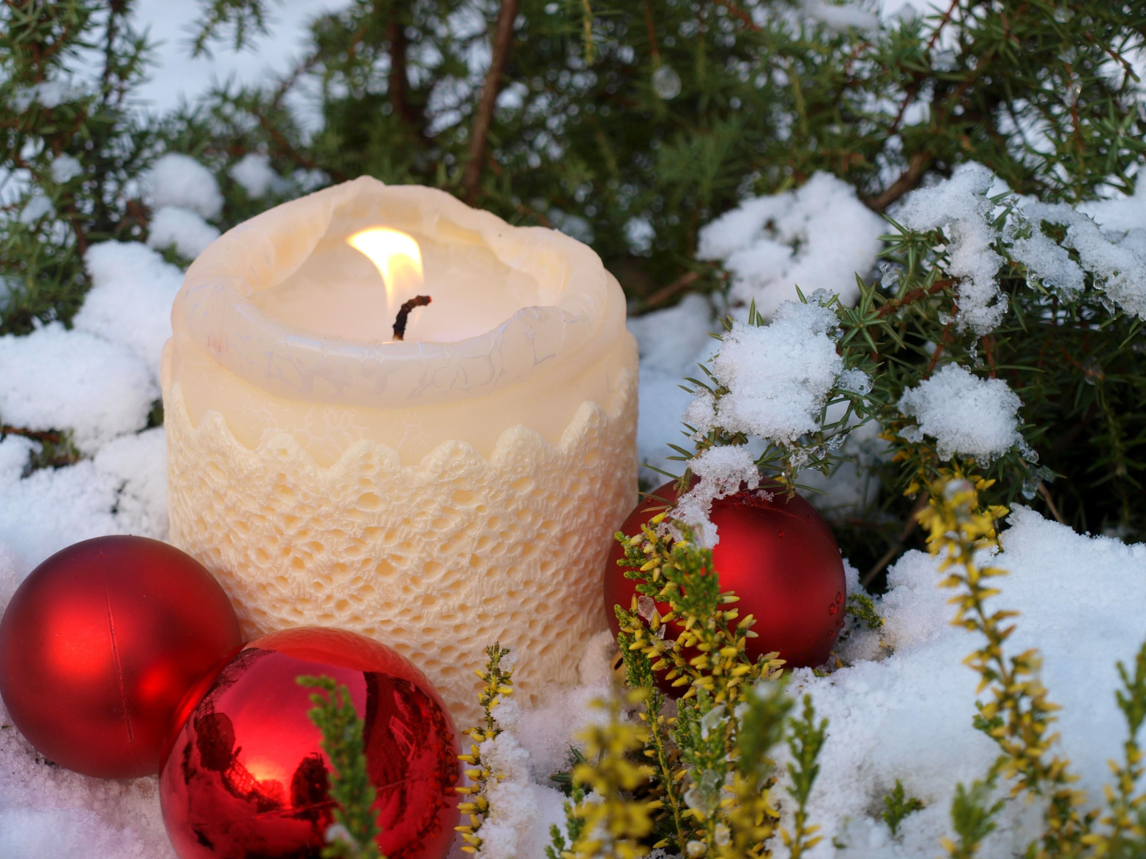 Jõuluseade küünal lumes